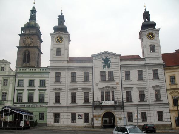 Городская ратуше и Белая башня на главной площади Градец Кралове
