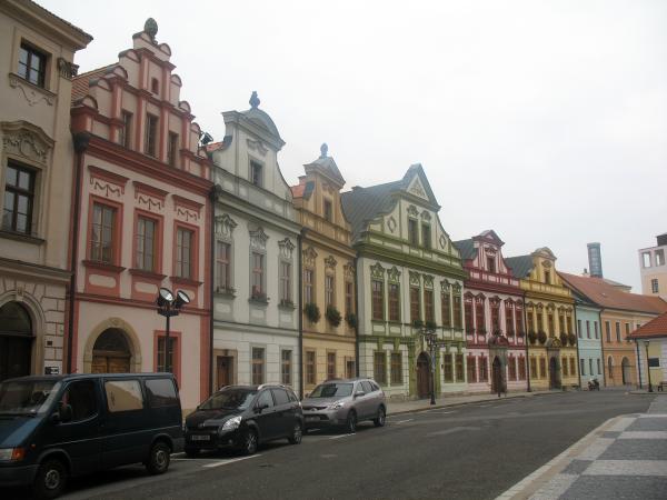 Разноцветные дома позади Собора Святого Духа в Градец Кралове