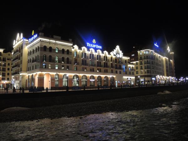 Поселок-курорт Роза Хутор ночью