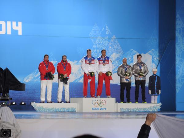 Зубков и Воевода на церемонии награждения на Медальной площади в Олимпийском парке