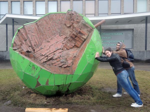Памятник зеленому яблоку в Перми
