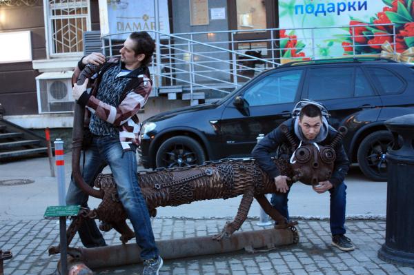 Скульптура Котофеич возле кинотеатра Кристалл в Перми