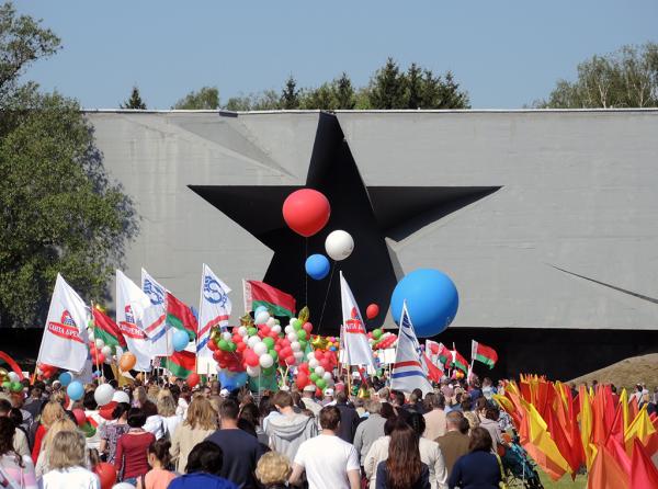 Праздничная демонстрация на 9 мая в Брестской крепости. Главный вход