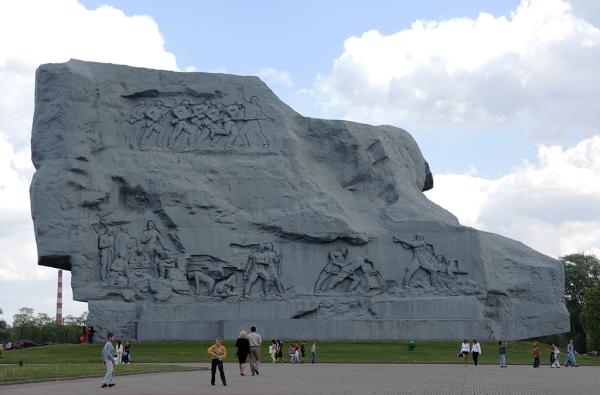 Монумент Мужество в Брестской крепости. Вид сзади