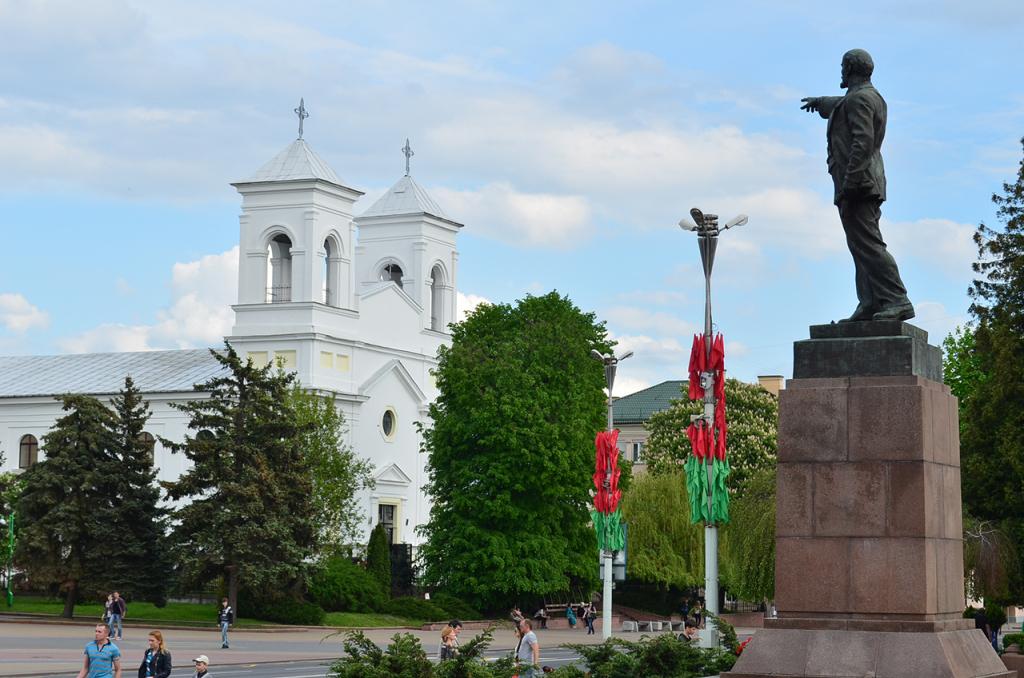 Памятник Ленину и костел Воздвижения Святого креста в Бресте