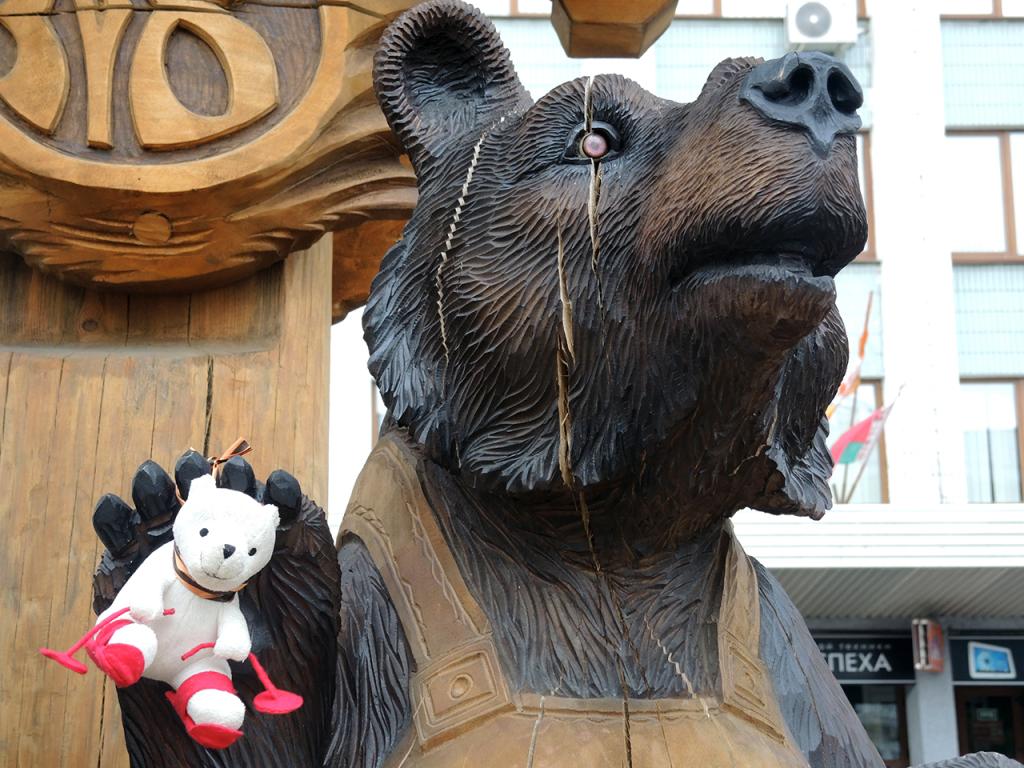 Деревянная скульптура медведям-строителям в Бресте