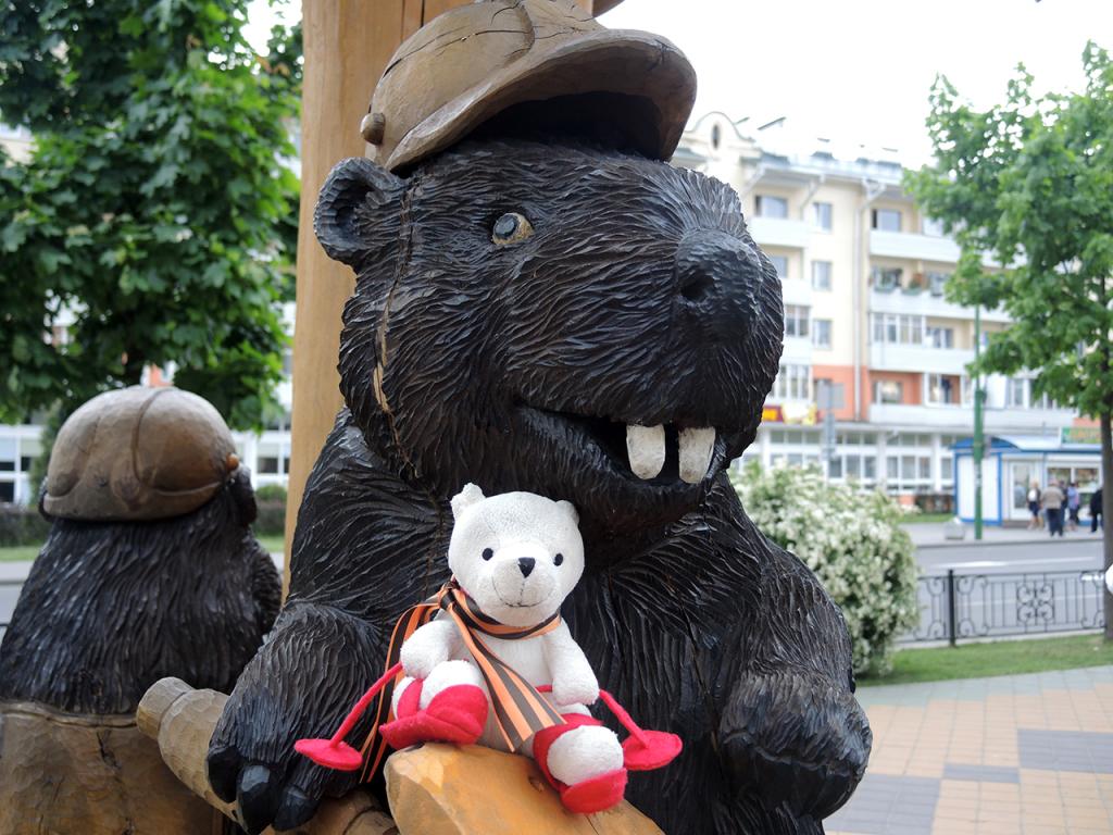 Деревянная скульптура бобры-строители в Бресте