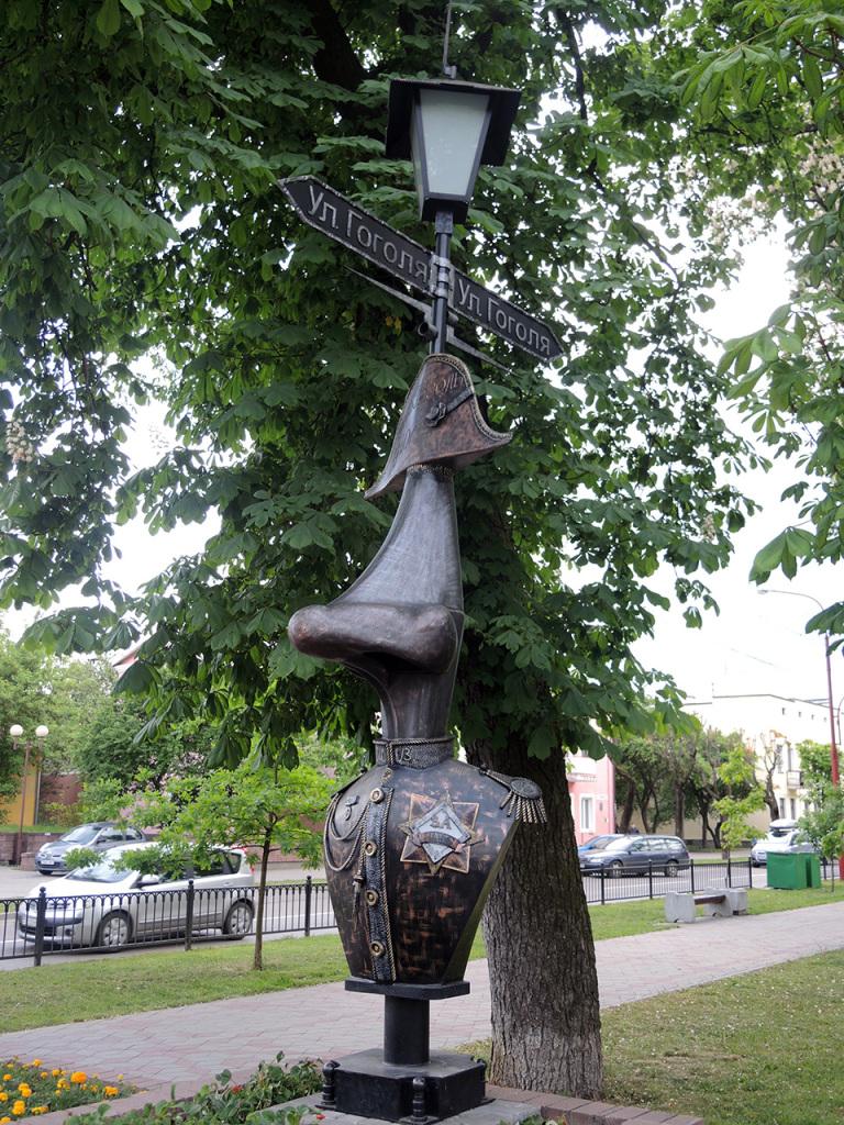 Аллея литературных фонарей на улице Гоголя в Бресте