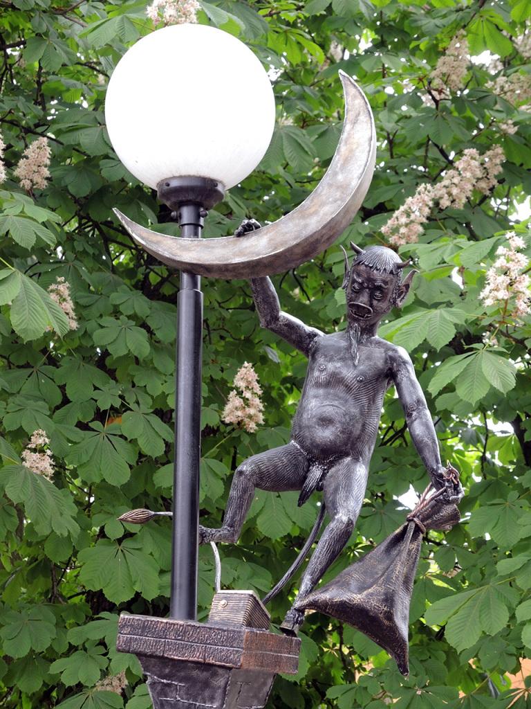 Аллея литературных фонарей на улице Гоголя в Бресте. Черт и полумесяц