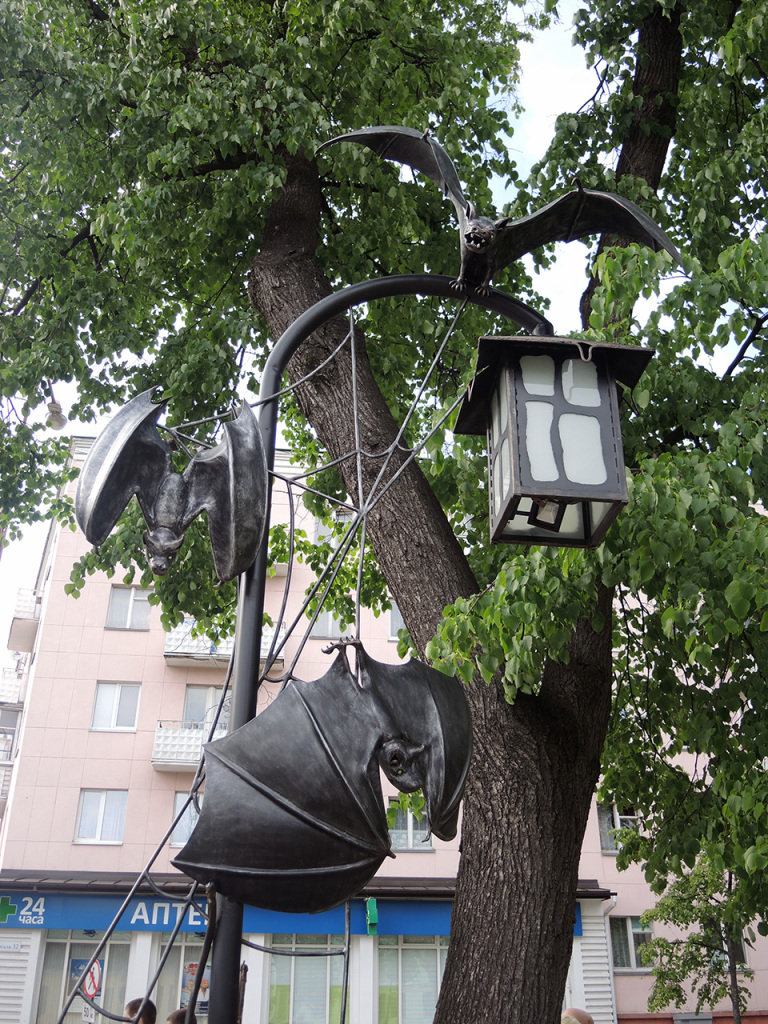 Аллея фонарей на улице Гоголя  в Бресте. Скульптура Вий