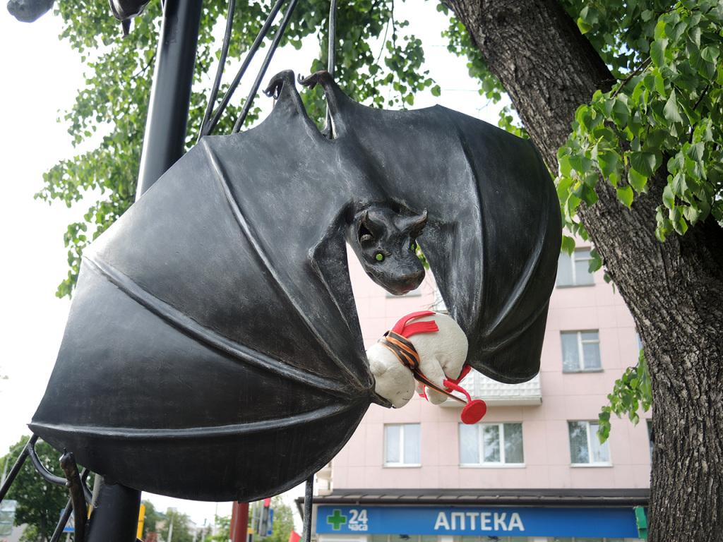Аллея старинных скульптур-фонарей на улице Гоголя в Бресте. Вий