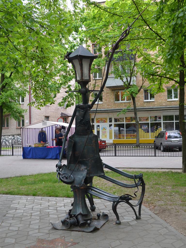 Фонарь-швея на аллее старинных фонарей в Бресте