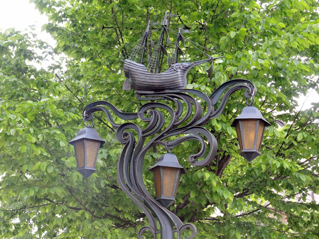 Аллея старинных фонарей на улице Гоголя в Бресте. Кораблик