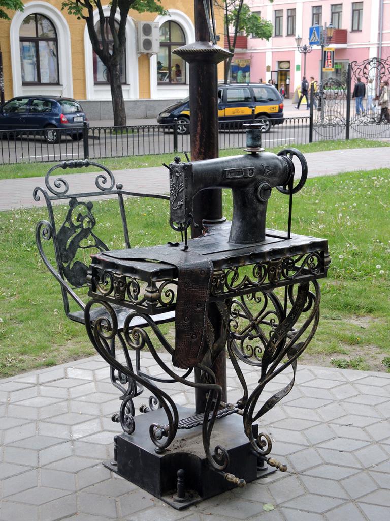 Аллея старинных фонарей на улице Гоголя в Бресте. Швейная машинка