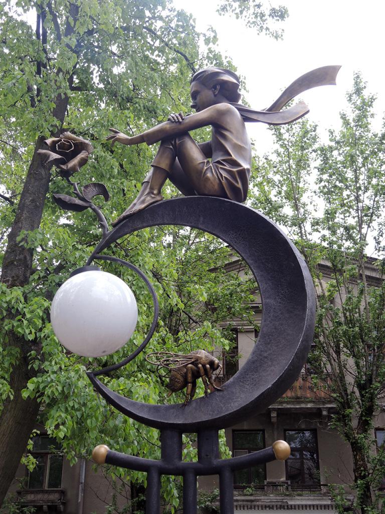 Аллея старинных фонарей на улице Гоголя в Бресте. Маленький принц